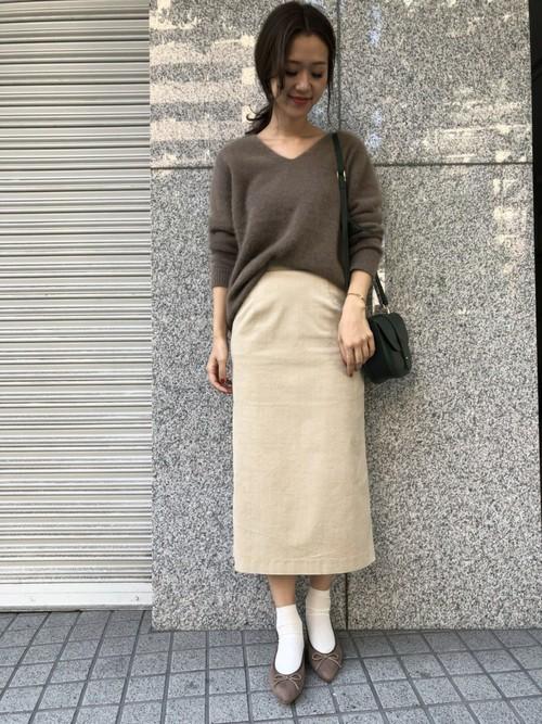 ふんわりとした上質な チャイニーズラクーンの毛並みが 柔らかい印象のニット♪  タイトスカートと合わせて、女性らしいコーディネートです。  モデル:168㎝