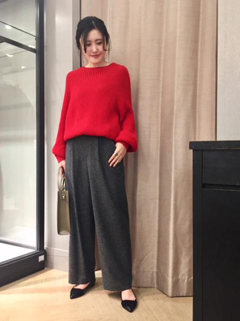 本日はモノトーンのネップ糸の風合いが一風変わった新作のワイドパンツのご紹介です☆   オーバーサイズの赤ニットと合わせて今季おすすめのスタイルです。
