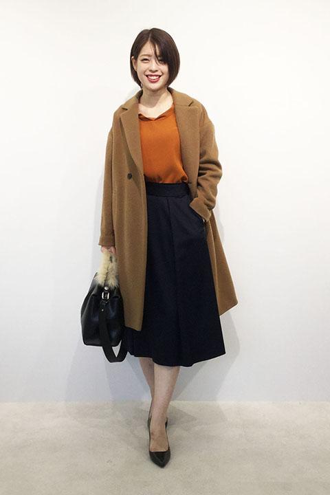 ふくらみのある素材のウールコートはドロップショルダーなのでリラックスした雰囲気にも。冬オレンジ×ネイビーで上品フェミニンな着こなしに。