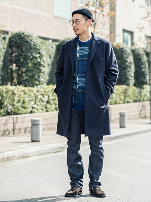ベーシックなシングルブレステッドのチェスターコートは、永遠の定番アウターといえる一着。 編み柄のタータンチェックニットをポイントに、小物でも遊びをプラス。