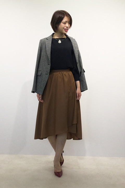 英国調の気品漂う、メンズライクなへリンボン素材のジャケットに落ち感とドレープ感のある女性らしいスカートを合わせれば、優しい中にもキリリとした大人のコーディネートの完成。