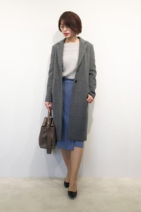 はっとするブルーのラップ風のスカートを引き立たせるには相性の良いグレーのグラデ配色にすれば簡単。アウターで濃いグレーを合わせるとインナーが纏まります。