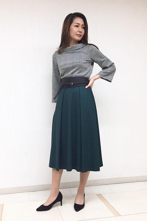 襟のロールカラーが特徴的なグレンチェックのブラウスはジャージー素材なのできちんと見えるのに着心地が良いすぐれもの。ひざ下スカートも広がりすぎず、大人仕様に。
