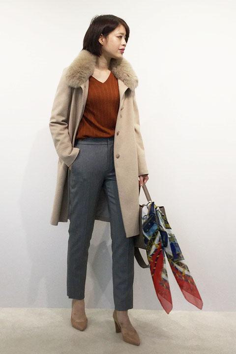寒い冬、外に出る機会も多くなるこの時期、襟の内側にフォックスファーが付いたロングコートを羽織れば暖かく過ごせます。動きやすいストレッチパンツで軽快に。