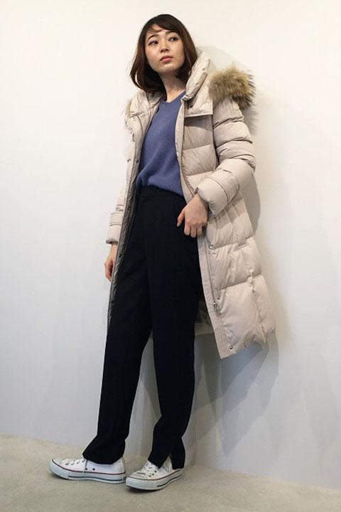 これからの冬ヘビロテ間違いなしのロングダウン。フードが付いているので襟元も暖か。爽やかなブルーのニットと細見のパンツで軽やかなコーディネート。