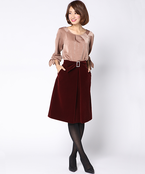トレンドのベロア素材のスカート。同素材のベルト付でウエストマークすることでスタイルアップ!軽く温かみのある素材感で秋から冬まで着まわせます。 程よく広がったスカートラインと膝が隠れる丈は女性らしくかつ上品な印象。ニットアイテムともブラウスアイテムとも相性の良い、着回し力抜群のスカートです。