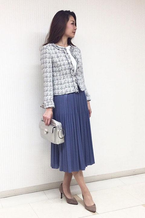 セットアップのジャケットを単品で着こなすには、ミックスツイードの色をリンクさせ、スカートの色をチョイスすれば簡単にコーディネイトが完成します。プリーツスカートはウエストの後ろがゴムなので着心地抜群です。