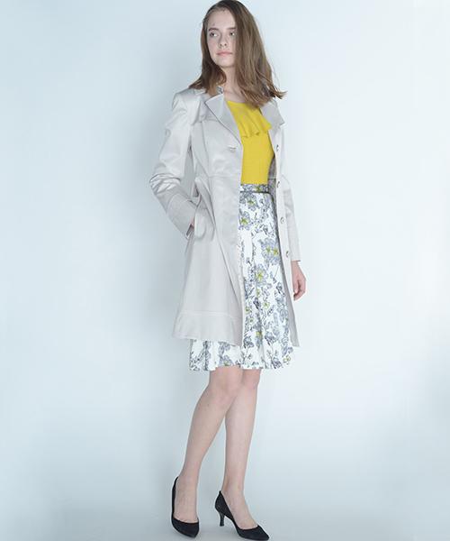 線書きのフラワーが上品可愛いスカート。ひらりと風に揺れるシルエットは、ひと足早く春らしさをコーデにプラスしてくれます。 ひざが隠れる丈は春アウターとの相性が良いように長すぎず絶妙な丈に仕上げました。 ベーシックなネイビーカラーと差し色使いがきれいなイエローの2色展開はどちらも合わせやすく様々なシーンで活躍してくれます。
