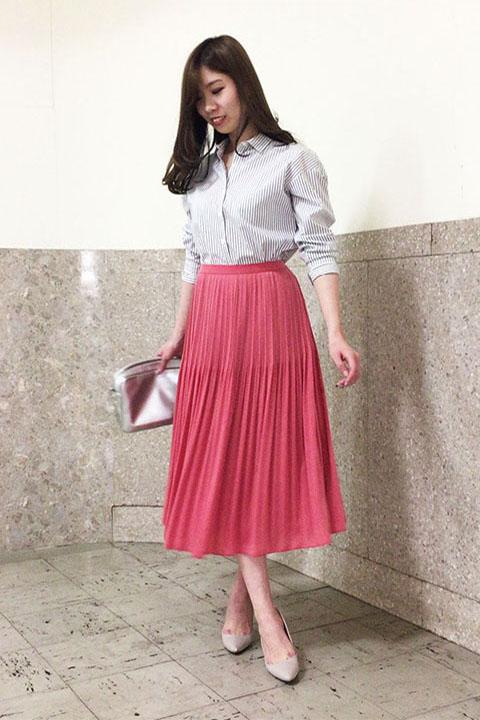 街を歩く姿も颯爽とする、はっとするピンクのプリーツスカートには、ネイビーストライプのキリリとしたシャツを合わせて、甘さを引き算して。
