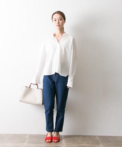デニム×シャツスタイル テッパンコーデの足元は差し色で。