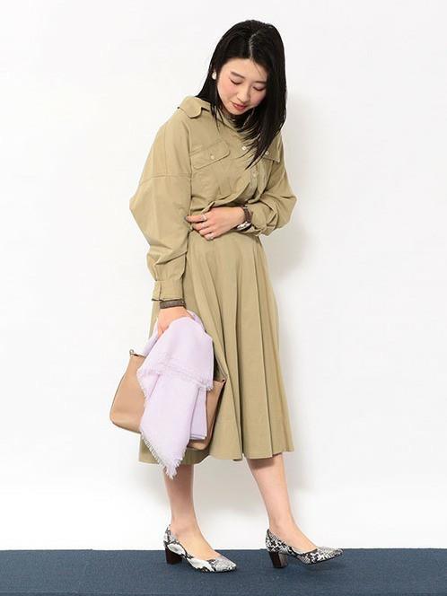 ベージュのシャツ×スカートのセットアップ   メンズライクなアイテムも 柔かなとろみジャケットと 光沢のあるワイドパンツの素材で上品に。   シャツ(SIZE: FREE) スカート(SIZE:36)  155~159cm