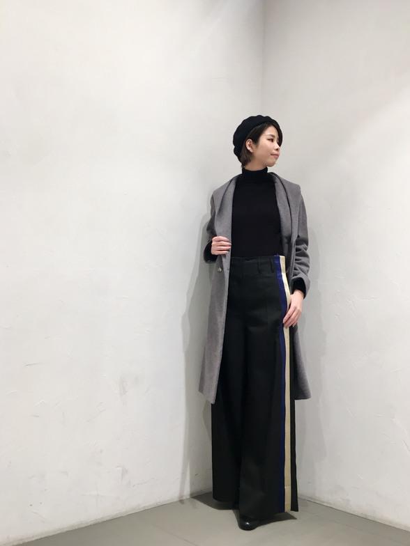 オーストラリア産の高級ウールにカシミヤをブレンドしたガウンフードコート。 とても軽く、この生地だからこその着用感。 リボンでウエストマークすることも可能です。  モデル身長:166cm
