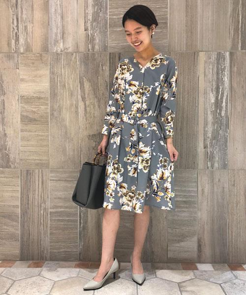 『女性らしさが惹き立つ印象的な花柄ワンピース 』  大胆な花柄が印象的で、どこへ行ってもスタイリング映えするワンピース。 シューズはワンピースに合わせてニュアンスカラーをチョイスして、今の時期から取り入れやすいコーディネートに仕上げました。まだ肌寒いこの時期は、お手持ちのジャケットやカーディガンを羽織ってコーディネートしてください。   【スタッフ着用レビュー】  ■普段のサイズ:Sサイズ  ■身長:160cm  ■着用感:さらっとした生地感とウエスト周りは締め付けがないデザインで、ストレスフリーな着心地のワンピースです。お手持ちのベルトにチェンジして印象を変えられるのも魅力的♪