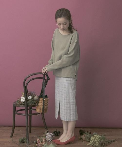 サーマルカットソーでラフ感を演出しつつ タイトスカートとパンプスできれいめな印象にまとめたコーデ