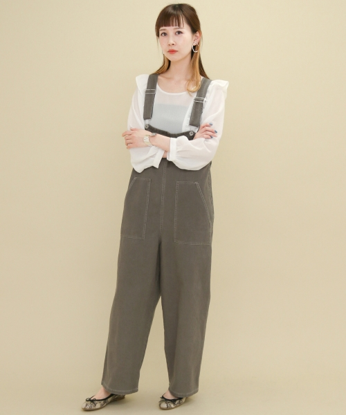 おすすめアイテム 「KBF シフォンフリルブラウス」  大人の女性にも着て頂きやすい、甘さ控えめのフリルが魅力的。 オーバーオールを合わせてもカジュアルになり過ぎなくて◎