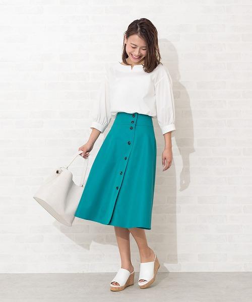 キチンと見えのトレンチディテールに注目♪程よいハリ感がありながら、しなやかに揺れるフレアシルエットがレディーに仕上げてくれます。ピーコックグリーンのスカートを主役に、全体をシロでまとめて爽やかに。 STAFF163cm