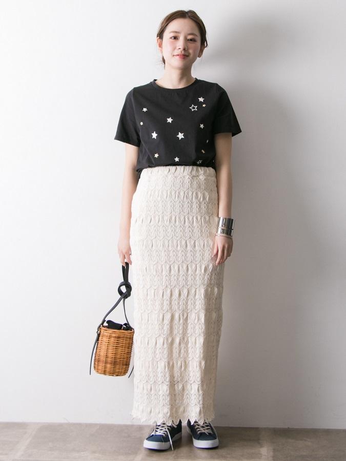 カジュアルなTシャツに大人見えするレーススカートを合わせた夏コーデ