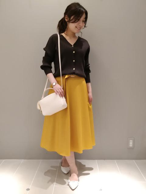 本日は夏まで穿けるベルト付きフレアスカートを 使ったコーディネート! 黄色が目を引くスカートなのですが、落ち着いたお色なので ホワイトやネイビー、ボーダーなどトップスを合わせやすいです。 また、ベルトも付いているため、コーデのポイントになります。 夏はサンダル合わせも可愛いですね♪