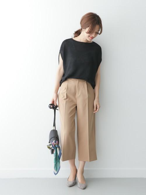 柔らかく着心地のいいリネンニットで仕立てたプルオーバーは、 少し肩にかかるルーズなシルエットやフレンチスリーブが女性らしく上品なスタイリングを作ることが出来る一着。