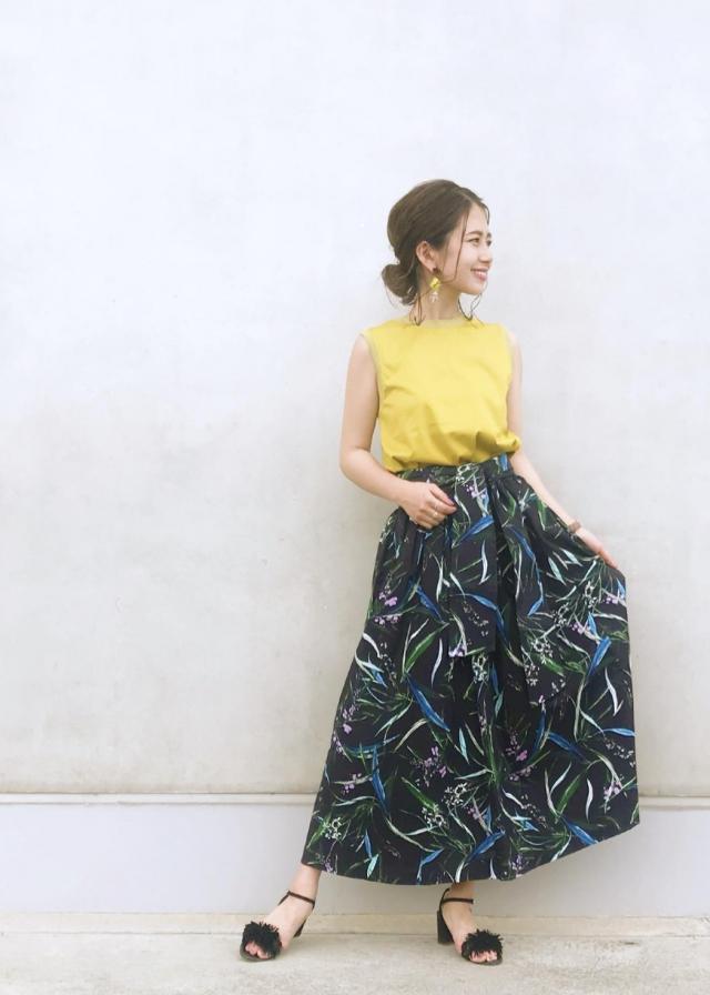 大人カジュアルstyle! 甘すぎない華やかさを演出してくれる、ロング丈の花柄スカート。キレイめな印象のスカートですが、カジュアルな印象のカットソーと合わせることで大人カジュアルな印象に♪ ウエストの後ろ部分はゴム仕様になっており、着脱のしやすさも◎