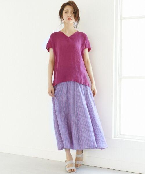 前後Vネック開きのノースリーブシャツは、 肩がやや隠れるくらいの長さにしているので、 気になる部分をカバーしてくれます。 ふんわりとしたシルエットが夏らしい、ロングスカートと合わせて◎ ご家庭で手洗いもでき、洗いざらしのナチュラルな風合いをいつまでも楽しんでいただけます。