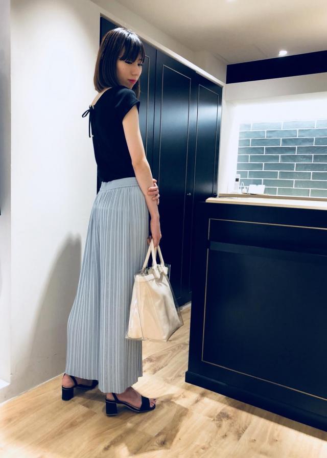 ピーチサテンプリーツワイドパンツ 微光沢があり、スッキリとした印象の、スカート見えする上品なワイドパンツです。 ウエストゴムで履きやすく、さらっとした生地感なので、普段のお出かけにもご使用頂けます。