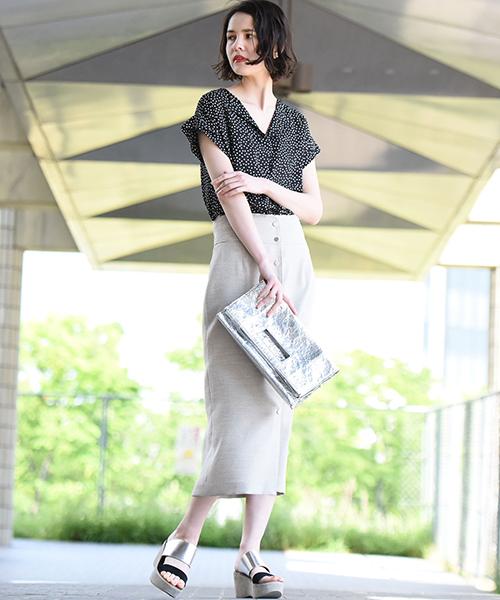 ・軽くシワになりにくい素材を使用したとろみが魅力的なブラウス。シンプルながらもお袖のディテールにVEGAらしいポイントを入れたアイテムです。抜群の着回し力でどんなスタイルにもマッチします◎スカートやパンツとボトムを選ばずコーデ出来るのが嬉しいポイントです。 ・夏らしい素材感のタイトスカート。フロントのボタンが今年らしく、縦のラインを強調してくれハイウエストにもなっているのでスタイルアップ効果も◎カジュアル過ぎないひざ下丈ですっきりとしたシルエットが大人っぽさを演出くれます。