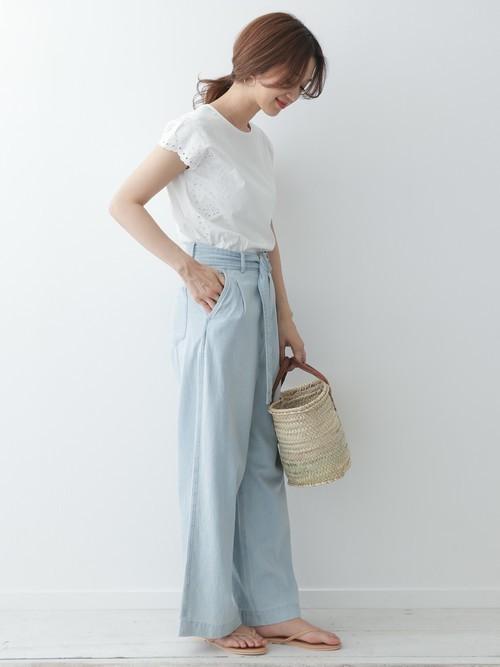 さり気なくサイドに入ったスカラップ刺繍がアクセントになるプルオーバー。 フレンチスリーブがスッキリとコンパクトな印象になり、 ワイドパンツやスカートとのバランスも取りやすくなっています。