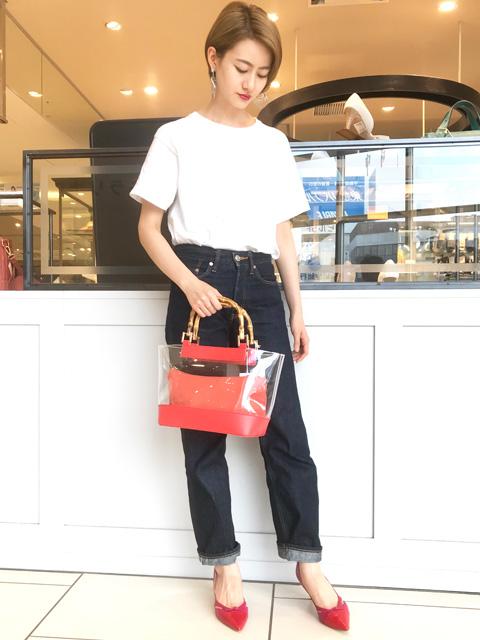 今季大注目のビニール素材のバッグ◎ 夏にぴったりなビビットカラーをアクセントにしたコーディネートに。