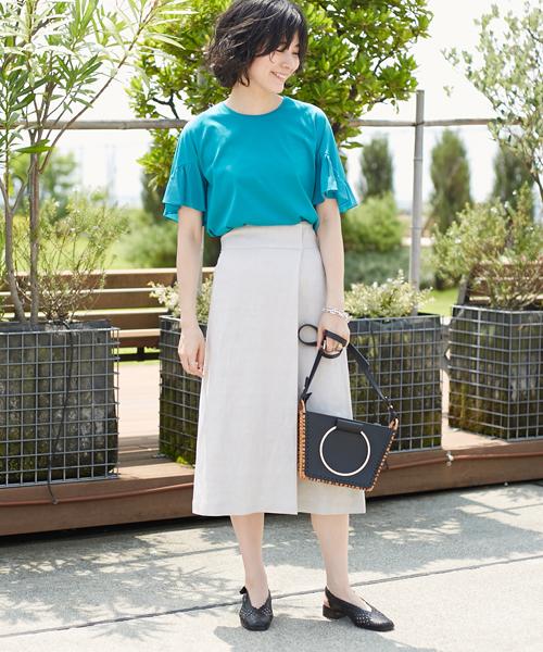 真夏の日差しによく映えるビビッドカラーのトップスをナチュラルなリネンスカートに合わせて爽やかかつエレガントに着こなしました。 レザーコンビのバッグが全体を引き締めるアクセントに。