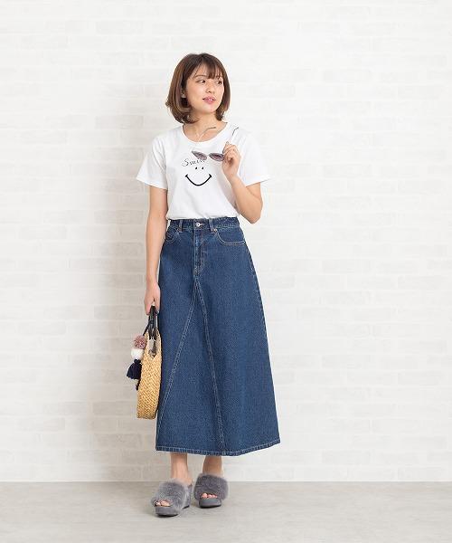 【NBB×SMILE】SMILEプリントでHappy夏スタイル!フリーハンドで描いたスマイルフェイスのTシャツは、カジュアル過ぎないのでジャケットINでもOKな1枚。休日のカジュアルスタイルにはデニムのマキシスカートにファーサンダルでラフさの中に先取り気分も添えて。 STAFF162cm
