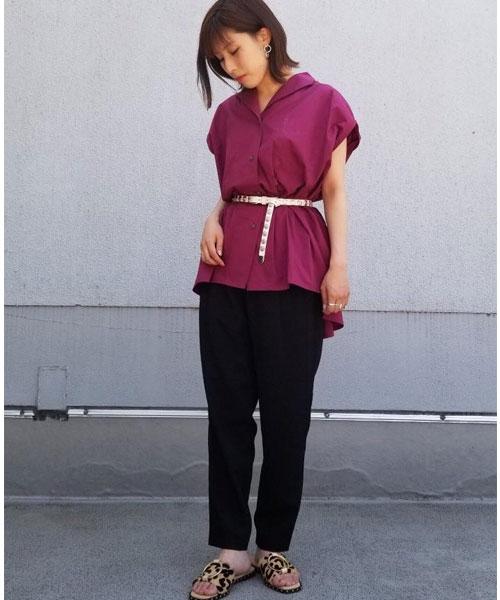 ゆったりとしていてハリ感のあるシャツをベルトでウエストマークし女性らしいシルエットにしたコーディネート。 レオパード柄のサンダルもトレンドです。