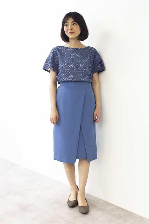 大人ブルーのレースブラウスにはフロントのアシメトリーデザインがポイントのスカートが相性ピッタリ。 上下それぞれに同素材の展開があるので、同じ素材のブラウスとスカートを合わせればワンピース見えの着こなしも実現します。