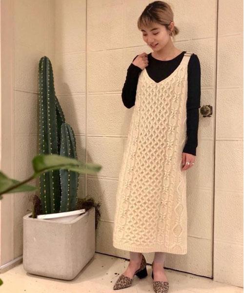 otona MUSEコラボレーションアイテムのニットドレスとレギンス。 インナーは薄手のカットソーを入れてラフに着ました。パンプスを合わせることでより女性らしく。 ニットドレスは透け感がなく、真冬まで着られるアイテムです!