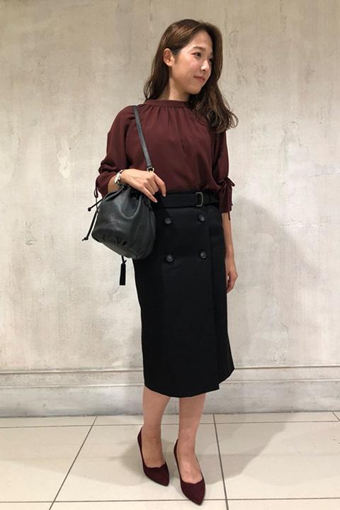 トレンドのボタンアクセントスカートは、キャンディースリーブのボルドースカートで合わせて、エレガントな秋の通勤スタイルに。 南さん 身長:165㎝