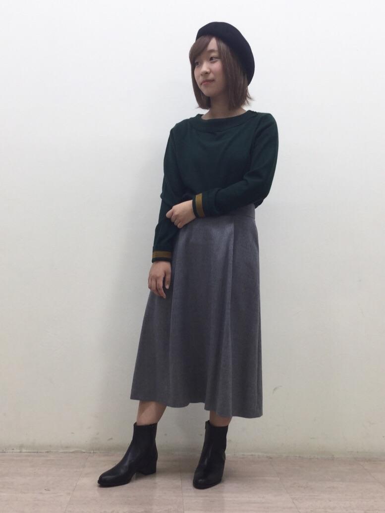 カラーニットにフレアースカートを合わせて、きれい目カジュアルに。  小物で秋らしさを取り入れたコーディネートです。