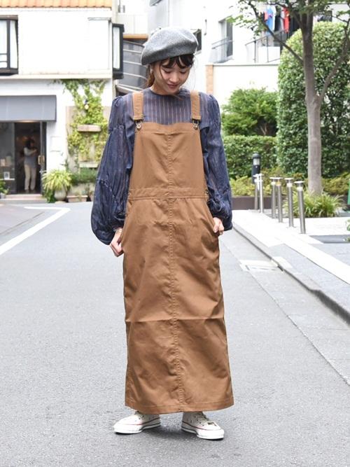キャメル色のジャンパースカートと、ウール素材のベレー帽で秋らしさを。カラーやちょっとした小物から秋を取り入れてみてはいかがでしょうか?  モデル:155㎝