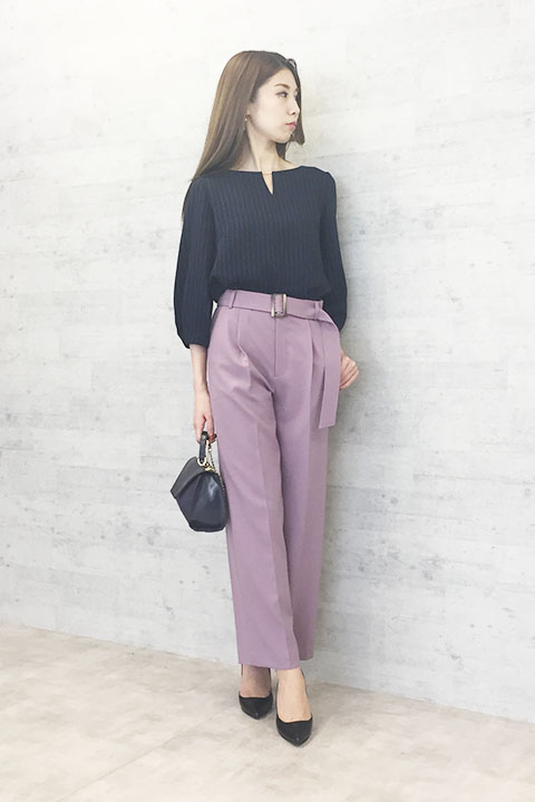 首元にきらりと光るキーチャームが付いたストライプブラウスには上品なピンクのワイドパンツを合わせて。ブラウスは同素材のスカートもあるので1セットあれば着回しも楽しめます。