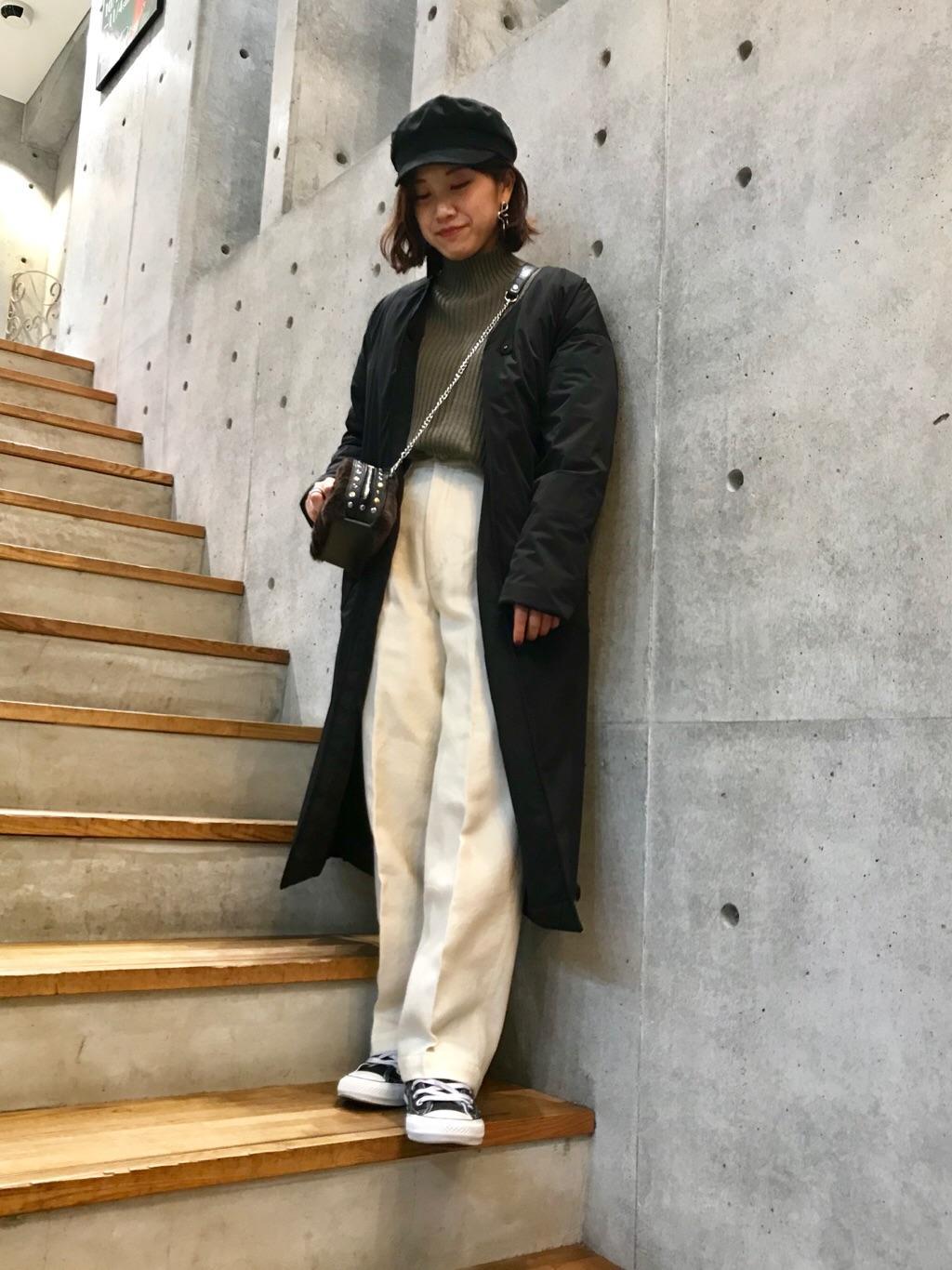 さらっと羽織れるノーカラータイプのダウンコート。  Vネックですっきりとした見え感がありながら、yosoouが誇るDual Flex素材で防寒性も折り紙つき。ウエストベルトできゅっとウエストを絞ってお召しいただくのもおすすめです◎