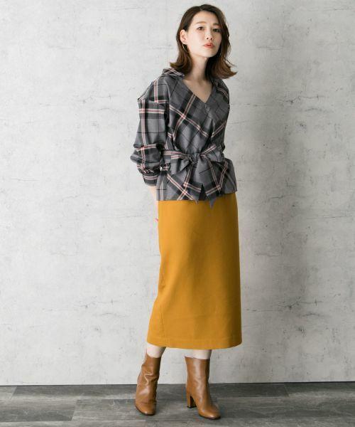 大胆なチェック柄が魅力のシャツプルオーバー。 ウエストマークのデザインで、スカートにもパンツにもどちらにも合わせやすいのが嬉しい。 一枚で様になる、今季大活躍間違いなしのアイテムです。  モデル:164cm