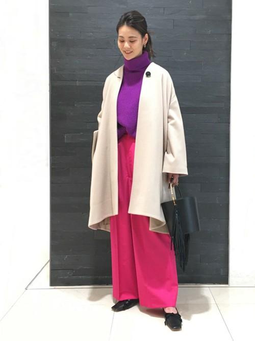 パープル×ピンクのスタイリングは着るだけでも華やかな印象に。ベージュのコートとの相性もばっちりです。コートを脱いだ時のギャップも楽しめます。バッグとシューズはブラックであわせ引き締めました。