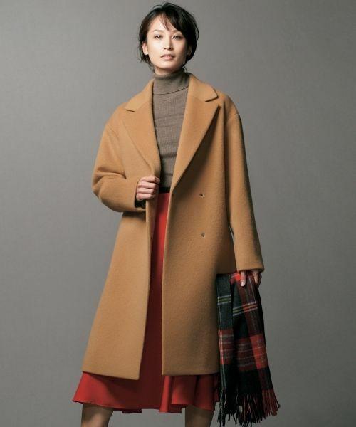 クラシックに色香もほんのり、すっきりチェスターコート。 ドロップショルダーに、ダブルの打ち合わせで、ふわりと羽織るようにスタイリングするとこなれた着こなしに。
