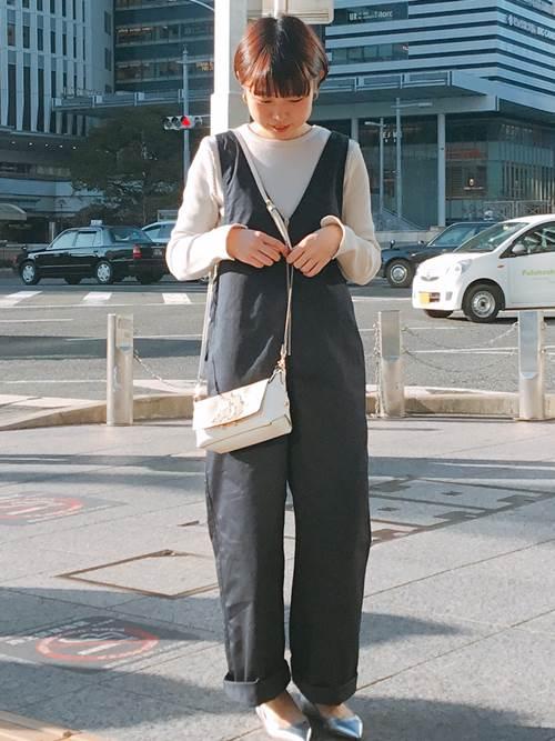 カジュアルなオーバーオールを女性らしくコーディネートしました。  モデル:158cm