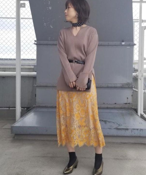 春らしいイエローのレーススカートにリブニットを合わせて女性らしいコーディネートにしました! ニットは首回りがスッキリしているのでストールやアクセサリーも映える一枚です☆