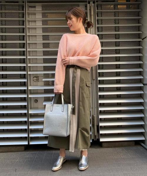 パステルカラーのニットは今から春まで使える1枚! シンプルですが、ボタンや袖口がオシャレで可愛いです。 センターのプリーツが目を惹くスカートは、カジュアルな中にも女性らしさがあるデザイン。 ピタッとしたトップスとヒールでも、Tシャツにスニーカーでも◎ ずーっと定番で活躍してくれる1枚になること間違いなしです!