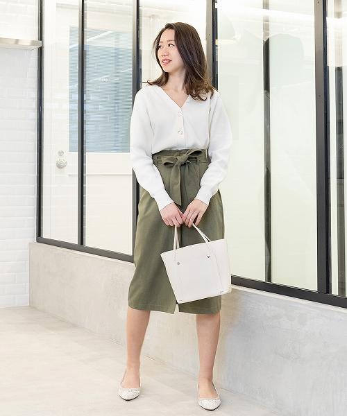 ジャストウエストでストレートラインに仕上げたスカートは、上品な光沢がありチノ素材ながらカジュアル過ぎずオフィスでもおすすめ。春スタートは、白を味方に清潔感をプラスして。 STAFF157cm
