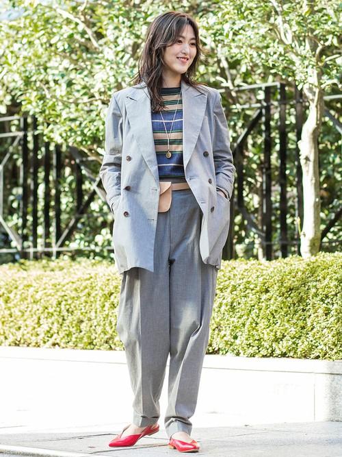 マニッシュなスタイルを演出するビッグシルエットが魅力のパンツスーツ。ベルト型のポーチでアクセントを。  モデル:160~164cm