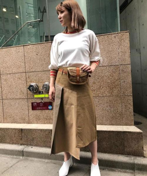 カラーブロックがポイントのスカートはアシンメトリーになっている裾がかわいいアイテム。 コンパクトなニットを合わせてシンプルにまとめました。