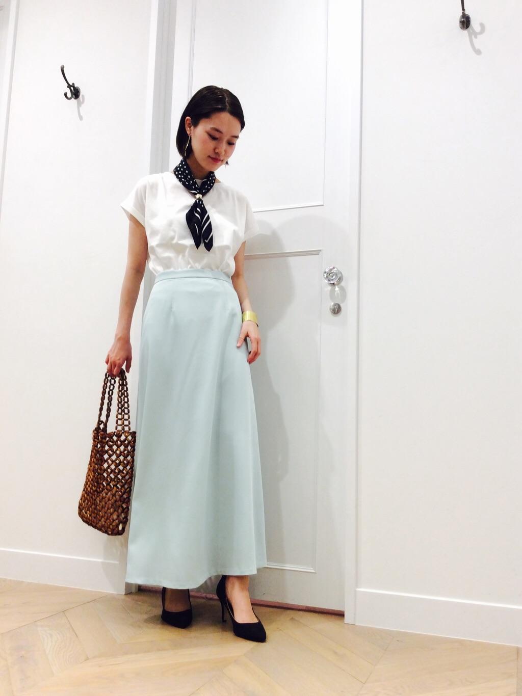 ミントグリーンのサテンスカートにTシャツを合わせカジュアルスタイル◎  爽やかな色味で春にぴったりです〜