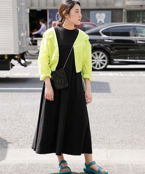 Aラインのワンピースは、トレンドに左右されないベーシックなデザインなので 長く使えるアイテムです。 ふんわりとボリュームがあるスカートスタイルを、あえてスポーティーに着こなしました。